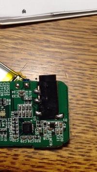 Bluetoothヘッドホンを分解して、Bluetoothレシーバーにしようとしています。 元のヘッドホンの出力は、左右別々になっており、R+R−L+L−の四つに分かれていました。 これを、写真のタイプの イヤホンジャック...