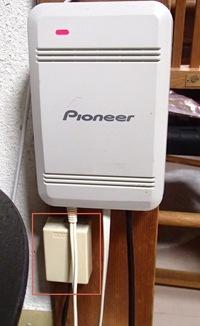 IP電話(BBフォン)。インターホン機器が間にある場合の接続の仕方。 Yahoo!BBカスタマーセンターに相談しても、推奨の接続以外は回答できないと言われましたのでこちらで投稿させていただきます。 画像の白のPioneerがインターホンの機器です。  真ん中(白いきしめん状の線) → 電話器に接続 右(黒い線) → 赤い四角で囲んだものと接続 左 → 電源ケーブル  これをどう...