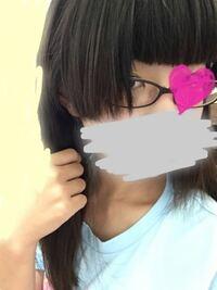 小6女です。 髪型のことで相談です。 私はいつもおばあちゃんに髪を切ってもらっています。 この前、前髪を切ってもらったら横の毛を取り過ぎてしまい、写真のようになってしまいました。だいぶ伸びたのですが、まだ耳にも掛けられず微妙です。いつもアメピンで留めています。 ①どうしたら普通のぱっつんストレートに見えますか? ②何か可愛いヘアアレンジはありますか? ➂友達は皆美容院に行っているのですが、行...