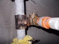 マンションの地下の水道管で、あまり見たことのない継手がありました。真鍮のチーズのような働きをしているのかなと思いますが、配管とこの継手のつなぎ目の仕様もよく分かりません。 この継手の名称と工法等をお...