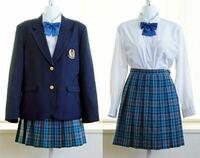 新栄高校のスカートに似合うカーディガンやパーカーは何色がありますか? 写真は新栄高校の女子の制服です。
