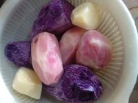 紫色とピンク色のじゃがいもについて  義理の母から頂いたじゃがいも・・・ 結構な期間放置 (野菜を貰いすぎてじゃがいもの存在を忘れていた) していた物を、本日肉じゃがにしようと 芽を取 り除き、いざ皮む...