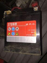 スクーター(アディバn125)に付いている12v6.5AHのバッテリーが上がってしまったようなので、交換しようと思ってます。 既存のstorm というメーカーのバッテリーなのですが、国内ではなかなか流通してないようなので、それに変わるバッテリーでなにか良いバッテリーなどあれば教えて頂けると幸いです。 電気系統は全くよく解らないのですが、アンペア数違うとマズイですよね  初歩的な質問で申し訳な...