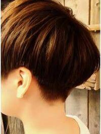 髪型についてです オトコです 自分はマッシュにしたいのですが後ろをこんな感じにしたいのですがバリカンは自分で入れたほうがいいですか? また入れるとしたら何センチのバリカンでいれますか? 上手く切れる方...