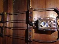 経験豊富な電気工事士のかた、これは何でしょうか、200vの漏電ブレーカー2p2eで代用したほうがいいでしょうか写真付きです、かなり古い 屋内 個人宅ですあと、10年以上住むそうです