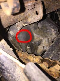 カワサキマッハIIIに詳しい方教えてください。 サイドスタンドを立ててエンジンを暖気したところ、オイルがかなり漏れていて、調べるとスプロケット上の方の小さい穴から漏れてました。これはなんの穴でどうして...