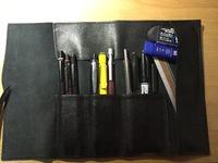 筆箱の中身の評価、改善点お願いします。 左からグラフ1000、ロットリング600、スマッシュ、ドクグリ ラミーサファリ、s20、ロットリング4in1,赤ペン、マジック、フォーピロ消しゴム ミドリ定規、シャー芯、消しゴム 筆箱はステッドラーのレザーペンケースです
