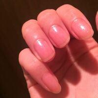 マニキュアを塗ったのですが、清潔感が欠ける気がします。 多分、爪の先の白い部分が透けているからだと思います。ですか、そこを切ると深爪になります。 どうすればいいですか?
