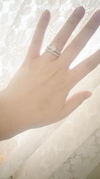 この重ね付けどう思いますか? 結婚指輪・婚約指輪を重ね付けした時に、隙間が少しあります。  ①婚約指輪・結婚指輪を同じ時期に別々のお店で購入したため、指輪がどちらも出来上がりが一ヶ月先で、婚約指輪を持...