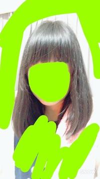 高校生の女子です  頭が長いとよく言われます 自分でも感じていますが、長いでしょうか?(画像)   また、どのようにしたら頭が長いのが治るか、目立たないようになるか、合う髪型などを教 えてください!
