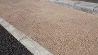 舗装道路横に砂利とセメントを混ぜたようなベージュ色の部分があるのですが、これはどのような処理を行っているのでしょうか。カラーモルタルとも違うような気がします。道路舗装に詳しい人教え て頂けますか