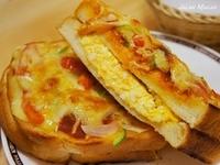 コメダ珈琲のたっぷりたまごのピザトースト、ナイフとフォークで食べますか? 手で持って、がぶりといきますか?