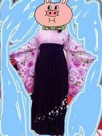 画像の着物と袴を着る場合、ネイルは何色が似合うでしょうか? 着物と同じ薄いピンクをシンプルに単色で塗ろうと思っているのですが、他にも何かアイアンがあったら教えてください(*^^*)