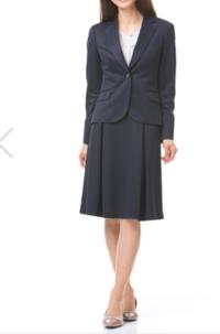 市役所で新人研修をする際の服装で、フレアスカートはよくないですか? 4月から、市役所で公務員として働く者です。  リクルートスーツ1着しか持っていなかったので、写真のような新しいスーツを買いました。 入庁式はリクルートスーツ、研修はフレアスカートのスーツと着まわして過ごそうかと思いましたが、ネットで調べてみるとフレアスカートはカジュアルすぎなのでよくないという意見をよく見かけました。...