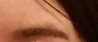 この眉毛の上が青い部分はどうすれば綺麗になりますか? 眉毛を生やして綺麗にするしかないでしょうか?あまり、生えてこないんです。 青い部分をつけ足して書くしかないでしょうか?  恥ずかしくて・・・ コンシー...