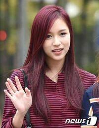赤髪の維持について。美容師さんにお聞きしたいです。 写真のようなケーポップアイドルがよくしている綺麗な赤髪に憧れがあり、カラーバターで色を入れたりしていましたがすぐ色落ちするし、けれど美容院で染めて...