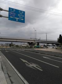 沖縄で左折、直進、右折の三方向の指定方向別通行区分の道路標示を見ました。 右折の通行量が多いため、このようになっていると思うのですが、他の地域では見たことがありません。 この標示は沖縄以外の地域には...