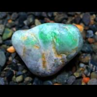 ヒスイの見分け方について  富山~新潟にある海岸でヒスイ探石しております。 しかしビギナーズラックすらなく毎回ハズレの石をお持ち帰りしています。 フォッサマグナミュージアムで購入した初学者向けの冊子を読むと、 ■緑ではなく白い石を探せ ■海岸に流れ着くまでの間にヒスイ以外の部分が侵食されるためヒスイは角張っている ■比重が大きい ■乾燥時に味の素のようなキラキラが確認できる ...