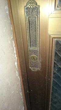 実家の物置小屋の引き戸の鍵の作り方についてお尋ねします。 写真のような引き戸タイプのアルミ製の玄関用引き戸の鍵が見あたらず、困っています。先代が30年ぐらい前に引き戸を取り替えており、古いものですが引き戸のメーカー、引き戸の型番が不明です。 写真よりメーカーだけでも分かれば、なんとか合い鍵など作れないかなと思っております。ご教示頂けると幸いです。