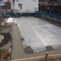 柱状地盤改良について教えて下さい。  柱状地盤改良した後のベタ基礎の施工は、添付した写真の様で合っていますでしょうか? 全くの素人なのですが、自分で調べたところ、改良杭と基礎は接し ていなければなら...