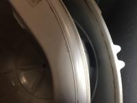 洗濯機のこの部分に洗濯物が挟まってしまいました。棒で取ろうとしたものの、全く動かず取ることが出来ませんでした。 修理を呼ばずどうにか自分で取る方法はないでしょうか…? 三菱のAW-42A1 です