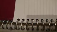 A4サイズのバインダー(リングファイル)を買ったのですが、そこにルーズリーフ(B5)を入れたいのですが、サイズが合わないため写真のように端の部分が折れてしまいます(T-T) これどーすればいいですかね、、