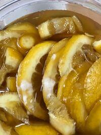 蜂蜜レモンを作っていたのですが、 常温で保管していた所、 白いカビ?が出来ていました。  これは、カビでしょうか? 食べれないものになってしまったのでしょうか。  急激に暑くなったからか、 こんな事になり、ガッカリしてます。
