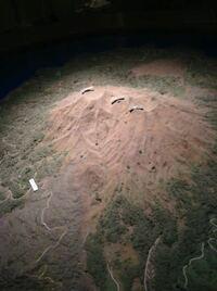 (写真ありです)火山のジオラマ?模型?についてです。博物館に置いてある火山(桜島)のジオラマが欲しくて自分で紙粘土で作っていたのですが、全くうまくいきません。そこでプロに任せようと思っているのですが、...