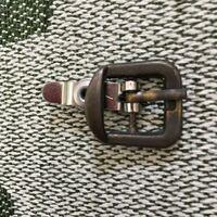 サンダルの金具なんですが片方だけ真ん中の軸棒?が割れてしまいました。写真は割れてない方の写真です。 この金具ってどこに売ってあるんでしょうか?