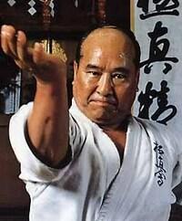 空手家の大山倍達さんは、10円玉を指で曲げた そうですが 握力が強かったのでしょうか? 普通の人が出来るのでしょうか?