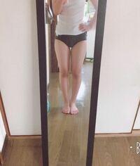 私の脚は短足ですか? 膝下がとてつもなく短いのが結構なコンプレックスです。 太ももが大きいのでもっと醜い脚になってます...。  どこをなおせば細く見えますか??  醜い画像ですみません。。 回答よろしくお...