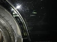 至急解答お願いします!  駐車場の発券機にぶつかり擦ってしまい色がついてしまったのですが、直すのにいくらくらいかかるでしょうか??また洗車などで色落ちするか教えていただきたいです。
