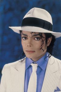 マイケル・ジャクソンの身長・体重について質問ですが、 マイケルの身長は180cmで体重は50kgだったのは、 本当ですか?