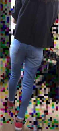 私は大学1年の女子です。 写真のようなスキニージーンズを好んでよく履くのですが、周りからどのように見られているのか気になります。 正直な感想お願いします。