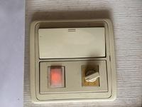 分譲マンションのトイレ換気扇のタイマー付スイッチが壊れました。窓が無いトイレなのでタイマー付で無くON、OFFのスイッチと照明のスイッチに替えたいのですが取替え可能でしょうか? パナソ ニックのコスモシリーズワイド21に交換希望です。