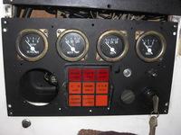 船舶の電気関係に詳しい方 宜しくお願いします。  エンジンはかかりますが、メーターパネルが作動しません。エンジンを停止する時もマグネットスイッチが作動せず手でマグネットスイッチを作 働させエンジンを...