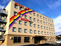 「ホテルAZ」と「亀の井ホテル」の違いを教えて下さい。