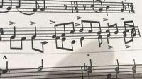 この楽譜の真ん中の段の上下に音符がある部分はどのように読めばいいのでしょうか? メロディが2つあるということでしょうか?