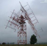 皆さん こんばんは。  写真はドイツにある6MHz帯~26MHz帯のデジタル放送用の短波ハイパワー送信局らしいですが、外見がとてもグロテスクです。 この写真では、方位角、仰角可変で、ワイヤ網を反射器とした広帯...