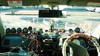 ダッシュボード上に社外メーターを設置しています(写真)。車検は通りますか? 運転席側も助手席側もメーターで埋め尽くされています。 ダッシュボード上に置けないメーターはルームミラーにぶら下げています。...