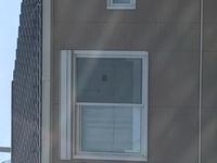 家の向かいのアパートの二階の窓にこんなマイク?カメラ?のようなものが付いてました。考え過ぎかもしれませんが、盗撮またはその類を疑っています。  私は妻と息子と3人で暮らしていますが 、今週に入って向かいのアパートの二階の窓(ちょうど私の家の二階とリビングが見える位置)に画像にある装置が付いていました。  正直怖いです。ただあからさまにカメラのようなものを自分の家の窓に取り付けたりはし...