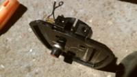 2馬力船外機DT2についてです 操作パネル下から燃料漏れします 写真はパネル下からです 真ん中に隙間がありそこから漏れます 角度的にチルトアップするとダダ漏れでコックを閉めると止まります 原因わかるかたいませんでしょうか?