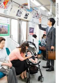 ベビーカーで電車に乗っている人には席を譲った方が良いですか?