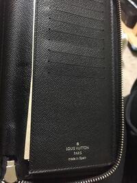 ルイヴィトンの正規店でジッピーウォレット ヴェルティカルのエピを購入しました。 札入れの中を隅々まで探したんですけど、シリアルナンバーが見つかりません。   どの財布にも絶対あるものなんですか?