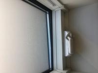 積水ハウスのシャーメゾンの窓について  至急回答いただきたいです。 つい先日積水ハウスのシャーメゾンに引っ越してきました。部屋に小さな小窓があり、手でハンドルを回して開けるタイプな のですが、隙間風...