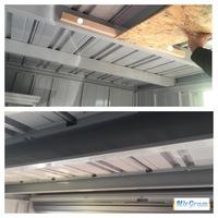 ガレージの薄い鉄板への骨組み木材の固定方法について。  こんにちは。 現在ガレージの内装DIYを行っているのですが、天井の木材の固定方法について悩んでいます。  天井内装は骨組みを組 み、スタイロフォ...
