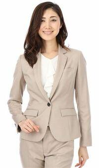 通勤時の服装でベージュスーツはOK? 業種によるとは思いますが…。 個人経営の会計事務所に勤務していておりスーツの色や身だしなみについては規則が緩やかです。  今持っているのは、ライトグレーストライプ、ネ...