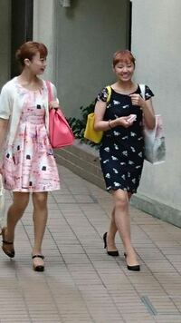 宝塚の画像左の娘役さんのワンピースのブランドを教えていただけませんか。