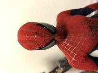 ホットトイズ アメイジングスパイダーマン2 のフィギュアについてです。  先日、私の所有しているホットトイズ、アメイジングスパイダーマン2のフィギュアに、特典アイテムのマフラーや、毛 糸のニット、リュ...