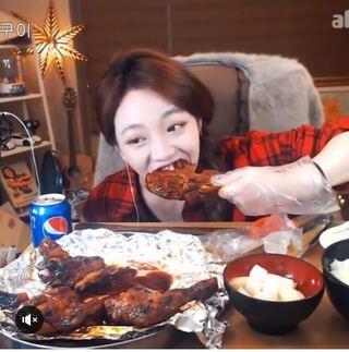 モッパン、韓国人のYouTuberの方々が食べているこのチキンは何という料... - Yahoo!知恵袋